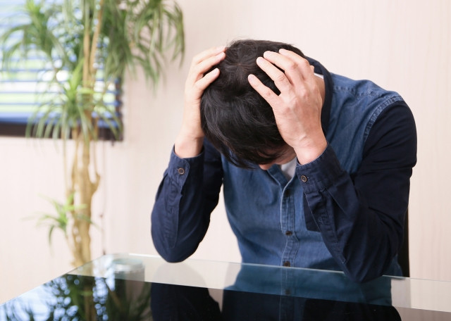 頭痛で悩む人の写真